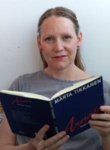 Kajsa Sundin läser en bok av Märta Tikkanen.