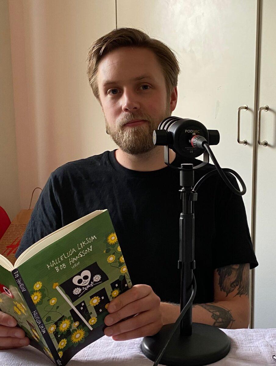 Joakim Sergler läser dikter av Bob Hansson..